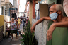 """Эксперты ожидают, что эпидемия лишь нарастит обороты в ближайшее время. По данным исследователей из Имперского колледжа Лондона, в Бразилии один из самых высоких показателей заражения из 48 изученных стран: инфекция от одного человека передается примерно трем другим. При этом коронавирус уже добрался до маленьких городов, где нет необходимого количества коек в реанимациях и аппаратов для искусственной вентиляции легких. В итоге система здравоохранения страны вскоре может не выдержать нагрузки.  <br></br> Впрочем, уже сейчас больницы практически заполнены, а их сотрудники жалуются на нехватку необходимых лекарств. Мэр города Сан-Паулу Бруно Ковас <a href=""""https://www.bbc.com/news/world-latin-america-52701524"""" target=""""_blank"""">заявил</a>, что здравоохранение работает на пределе возможностей, а больницы заполнены на 90 процентов. По его прогнозу, при нынешних темпах заболеваемости мест перестанет хватать максимум через две недели. <br></br> Кроме того, проблемы у медработников и с получением защитной экипировки: некоторым приходится покупать маски и костюмы самостоятельно. Из-за этого некоторые из них уже заразились и умерли. Среди них оказалась и 56-летняя мать Тайны дос Сантос, работавшая младшей медсестрой в городе Манаус. «Она полностью отдавалась работе до самой кончины», — рассказала женщина."""