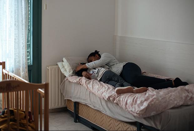 Пострадавшая от насилия женщина с ребенком в специальном центре в Испании