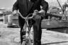Мастер саспенса рассекал по Каннам на велосипеде в 1972-м — тогда его предпоследний полнометражный фильм «Исступление», посвященный охоте на серийного убийцу, терроризирующего Лондон, был фильмом закрытия фестиваля.