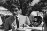 Делон, который год назад получил в Каннах почетную «Золотую пальмовую ветвь» за вклад в кинематограф, был частым гостем на фестивале с начала 1960-х. Так в 1961-м, когда сделано это фото раздающего автографы актера, в основном конкурсе участвовал фильм Рене Клемана «Как хорошо жить», в котором Делон сыграл молодого человека, разрывающегося между фашистами, анархистами и любовью в Италии 1920-х.