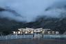 """Кемпинг <a href=""""https://competition.adesignaward.com/design.php?ID=88561&utm_medium=website&utm_source=archdaily.com"""" target=""""_blank"""">Ranwu</a> находится в горах Тибета на высоте почти четыре тысячи метров. Отель построили в августе 2010 года вдоль Китайской национальной автомагистрали 318 (G318). Чтобы добиться сейсмоустойчивости Ranwu и не вредить окружающей среде, компания Arch-Hermit использовала сборную стальную конструкцию.<br><br>По форме кемпинг напоминает орла, расправляющего крылья у берега озера Ранву — оно и дало название гостинице. Однако архитекторы сетуют на плохой местный климат и грязный водосток на соседнем склоне горы. «Привлекательность лагеря для туристов относительно невелика, а строить его здесь вообще было дилеммой», — говорят проектировщики."""