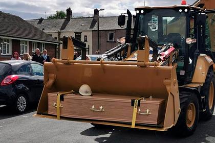 Гроб строителя привезли на кладбище в ковше экскаватора