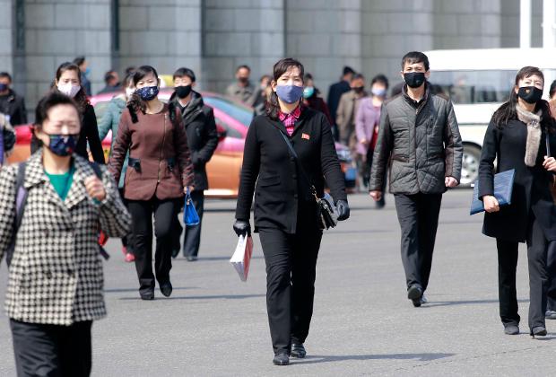 Пешеходы в масках в Пхеньяне