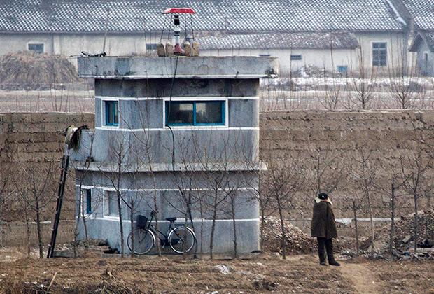 Северокорейский солдат на границе с Китаем