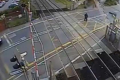 Пешеход чудом избежал гибели под поездом и попал на видео