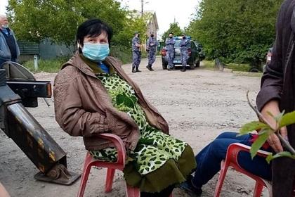 Россияне испугались заразиться коронавирусом от сотовой вышки и окружили ее