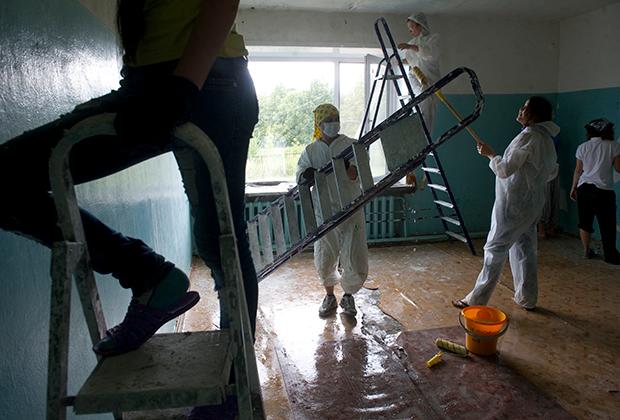 """Участники фонда помощи домам престарелых """"Старость в радость"""" делают ремонт в подшефном доме."""