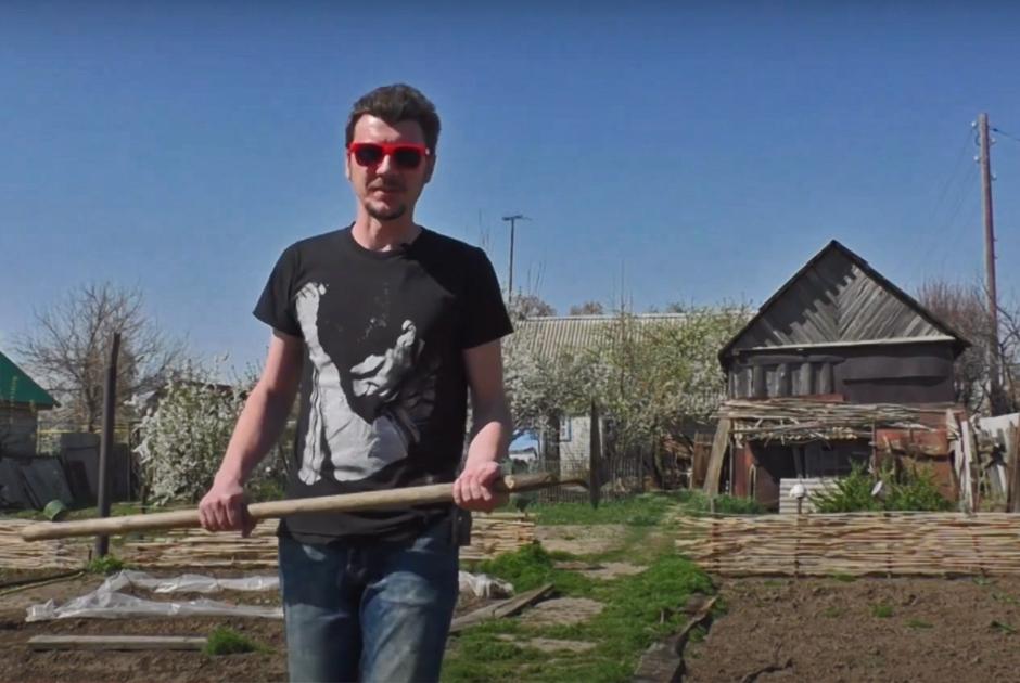 Дмитрий на своем огороде