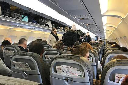 Стюардессы рассказали о самых нервирующих привычках пассажиров в самолете