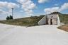 Неподалеку от небольшого города Конкордия в штате Канзас расположен весьма необычный многоквартирный дом. Во-первых, он подземный, насчитывает 15 подземных этажей. Во-вторых, находится в бывшей ракетной шахте, построенной в 60-е годы прошлого века Инженерным корпусом армии США. В шахте, в случае необходимости, можно переждать ядерный взрыв — толщина ее стен— 2,7 метра. За такую безопасность придется дорого заплатить: одна квартира стоит от 1,5 до 3 миллионов долларов. Правда, и размеры жилья приятно поражают — в среднем одна квартира занимает 600 квадратных метров.