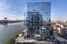 Еще один пример того, что дом — это вовсе необязательно коробка, расположен в Нью-Йорке, в Бруклине. Архитекторы бюро ODA решили пересмотреть традиционную форму небоскреба и построили здание, где 80 процентов квартир являются угловыми. Башня 420 Kent состоит из множества выступающих кубов, в которых располагаются квартиры с панорамным окнами с четырех сторон. Благодаря необычному расположению квартир и панорамному остеклению естественный свет проникает внутрь небоскреба, а городской пейзаж Бруклина становится частью интерьера.