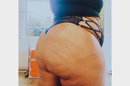 Бодипозитивную певицу пристыдили в сети за фото с целлюлитом на бедрах