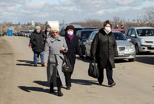 Подконтрольная Киеву часть Донбасса, люди идут к пункту пропуска