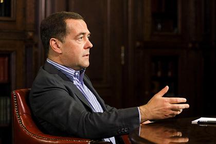 Медведев посоветовал россиянам встать с дивана и помогать