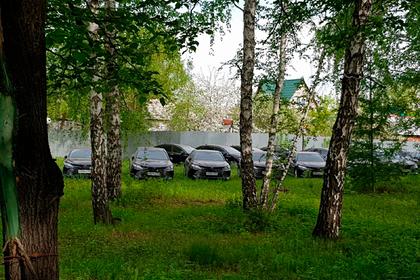 Полсотни найденных в российском лесу новых машин попали на видео