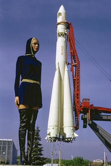 Галина Миловская на фоне ракеты «Восток» на ВДНХ. Фото из журнала Vogue, 1969 год