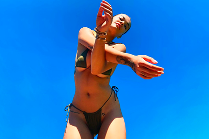 Популярная певица поделилась откровенным снимком в купальнике во время изоляции