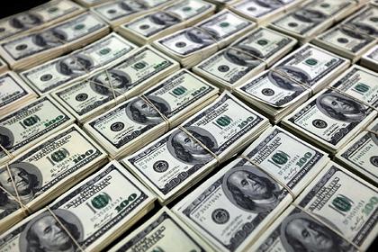 Семья нашла на дороге около миллиона долларов и решила вернуть их владельцу
