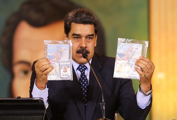 Николас Мадуро демонстрирует документы пленных наемников