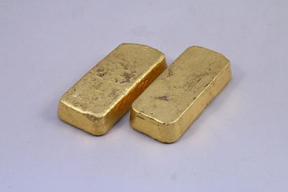 Дети строили дом из простыней и нашли слитки золота