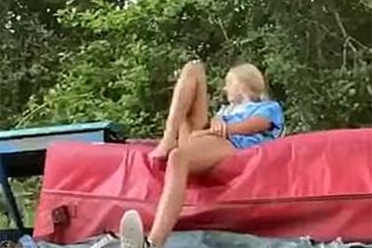 Ядовитая змея незаметно подкралась к девушке на тренировке и напала на нее