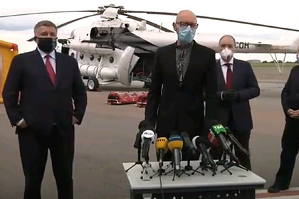 Яценюк в черной вышиванке предрек Украине экономический вирус