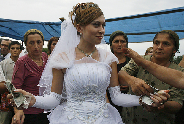 Гости дарят невесте деньги на свадьбе. Дербент, Республика Дагестан, Россия, 2007 год