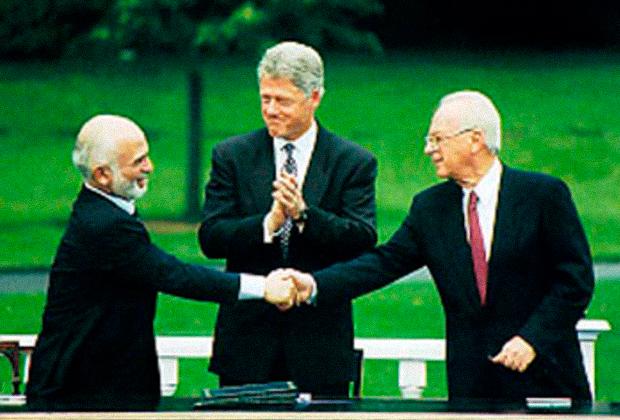 Слева направо: король Иордании Хусейн ибн Талал, президент США Билл Клинтон, премьер-министр Израиля Ицхак Рабин, 1994 год