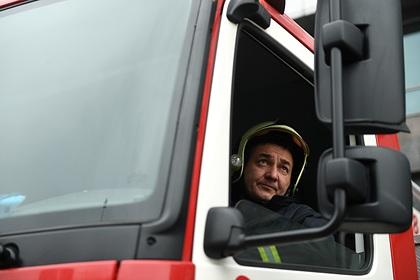 Россияне сдвинули мешавший проехать пожарным автомобиль и попали на видео