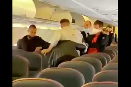 Пассажиры самолета подрались во время выхода из салона и попали на видео