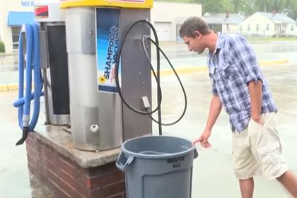 Автомойщик нашел чек на сотни долларов и вернул его владельцу