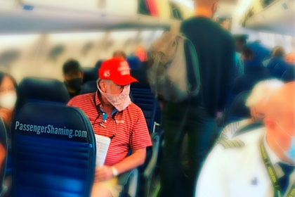 Авиапассажир надел защитную маску из нижнего белья и смутил попутчиков