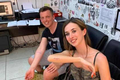 Влюбленные сделали татуировки с датой свадьбы и перенесли ее из-за коронавируса