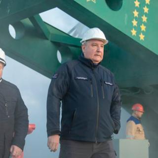 Дмитрий Рогозин (в центре)