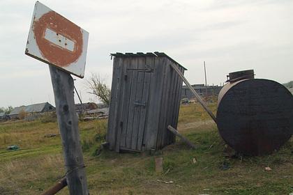 Россиянка устроила скандал на даче соседа и провалились в туалет