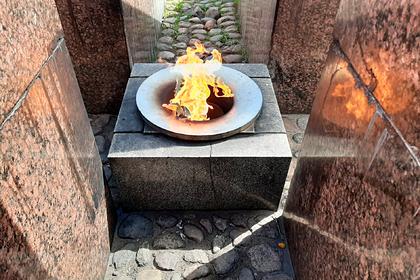Россияне пожарили шашлык на Вечном огне