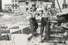На фото заключенные исправительно-трудового лагеря (ИТЛ), расположенного в подмосковном поселке Баковка. До 14 мая 1953 года этот лагерь назывался ИТЛ Строительства №565 и специализировался на сооружении объектов противовоздушной обороны в Московской области, а затем — на строительстве жилья для москвичей.