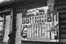 Фото из дирекции шлюза №2 в поселке Повенец (Беломорско-Балтийский исправительно-трудовой лагерь). ИТЛ действовал с 16 ноября 1931-го до 18 сентября 1941 года, заключенные были заняты на строительстве Беломорско-Балтийского канала (ББК). <br></br> Своего максимума — 108 тысяч человек — число заключенных в лагере достигло в 1932 году. Во время строительства ББК появился советизм «перековка осужденных», или «перековка», а также сокращение з/к (зэка) — «заключенный каналармеец».