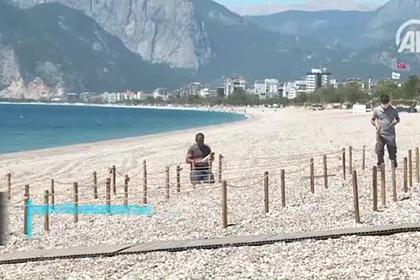 Подготовка турецких пляжей к туристам во время пандемии попала на видео