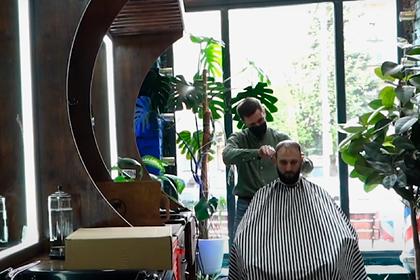 Российский парикмахер подстриг полсотни клиентов за день без перерыва