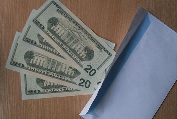 Зарплату моделям платят в долларах