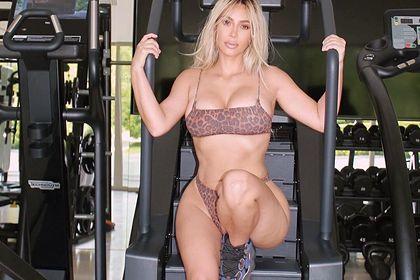 Ким Кардашьян показала целлюлит на фото в бикини и восхитила поклонников