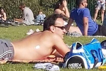 Премьер Ирландии ввел карантинные меры и отправился топлес на пикник с друзьями