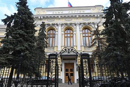 Россияне массово забрали валюту из банков