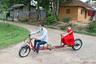 Индийский инженер Партха Саха смастерил электровелосипед-тандем, который позволяет велосипедисту и его пассажиру поддерживать безопасную дистанцию и сократить вероятность заражения. Не худшая идея, учитывая популярность велорикш в Индии. Во время тестового заезда инженер сел за руль своего детища, а пассажирское место заняла его дочь.