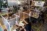 В бангкокском ресторанчике Penguin Eat Shabu, открывшемся после смягчения карантинных мер в Таиланде, каждый столик снабжен пластиковыми барьерами, которые прикрывают едока спереди и по бокам. Пленка разделяет посетителей даже в том случае, если они пришли вместе.