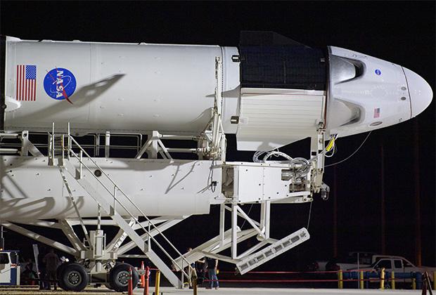 Космический корабль Crew Dragon в головной части Falcon 9