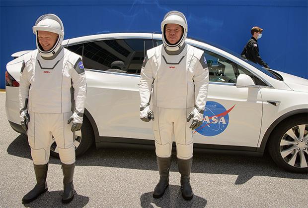 Астронавты НАСА Дуглас Херли и Роберт Бенкен (слева направо)