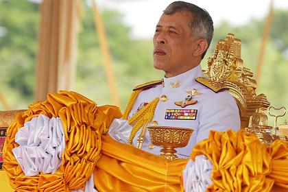 Отдыхающий за границей король Таиланда вывез своих любовниц в лес