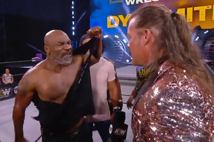 Тайсон разорвал на себе футболку и устроил массовую драку на рестлинг-шоу